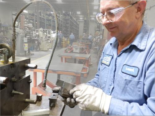 Janusz Niemczura正在修复一个压铸模工具.